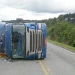 Caminhão tomba na PR 151 no Pinheiral_1