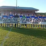 Atletas estendendo faixa para lembrar os falecidos no acidente de outubro que vitimou 5 pessoas da comunidade de Campestrinho