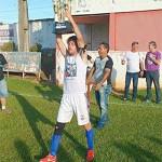 Capitão Gille erguendo trofeu de campeão do popular 2016