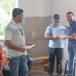 Entrega do certificado da agroindústria de erva mate e chá agroecológico a João Negir feita pelo prefeito municipal.