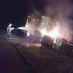 Bombeiro apagando fogo de caminhão