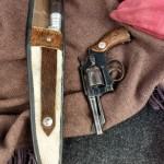 Coldre e revólver também foram apreendidos