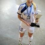 Bruna e um dos troféus