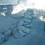 BR 277 Caminhão de cimento_ sacos espalhados na pista
