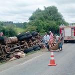 Caminhão tomba na PR 151_próximo à Serrinha
