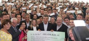 O governador Beto Richa repassou nesta terça-feira (30), mais uma cota extra do ICMS aos 399 municípios do Paraná