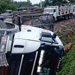 Acidente PR 151 caminhão de toras _1
