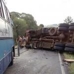 Acidente na PR151 entre ônibus e caminhão _1