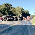 Acidente com dois caminhões na PR 151 na Serrinha em Palmeira_3_ foto WM_1