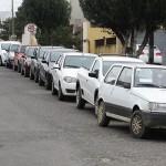Fila de carros para abastecer
