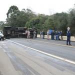 Caminhão tomba na BR 277 em Queimadas_2_foto Web Rádio Palmeira