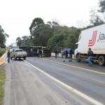 Caminhão tomba na BR 277 em Queimadas_3_foto Web Rádio Palmeira