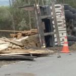 Caminhão carregado de madeira tomba na PR 151 em Coxilhão _São João do Triunfo_1