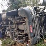 Caminhão carregado de madeira tomba na PR 151 em Coxilhão _São João do Triunfo_3