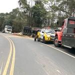 Caminhão carregado de madeira tomba na PR 151 em Coxilhão _São João do Triunfo_4