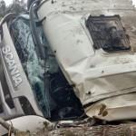 Caminhão carregado de madeira tomba na PR 151 em Coxilhão _São João do Triunfo_6