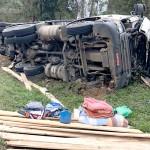 Caminhão carregado de madeira tomba na PR 151 em Coxilhão _São João do Triunfo_7