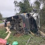Caminhão carregado de madeira tomba na PR 151 em Coxilhão _São João do Triunfo_9