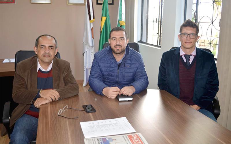 Prefeito Abimael do Valle e empresários da usina fotovoltaica