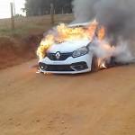 Sandero incendiado em estrada rural_foto reprodução redes sociais_1