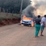 Sandero incendiado em estrada rural_foto reprodução redes sociais_2