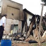 Vândalos ateaim fogo em edificação de medeira em Cemitério_3