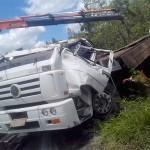 Caminhão carregado de bebidas tomba na PR 151 (1)