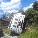 Caminhão carregado de bebidas tomba na PR 151 (6)