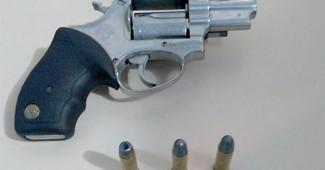 Homem é preso por ameaça e posse de arma de fogo