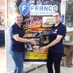 Operadora de Caixa Angélica Ligeski ganhou um brinde por vender 133 lanches