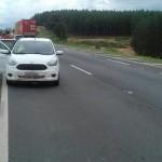 Veículo Ford Ka abandonado na BR 376 por assaltantes_foto PRF_2-2