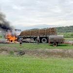 Caminhão carregado de batatas pega fogo na PR 151_1