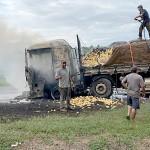 Caminhão carregado de batatas pega fogo na PR 151_6