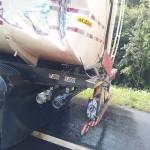 Caminhões batem e 2 mil litros diesel vazam_1