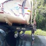 Caminhões batem e 2 mil litros diesel vazam_3
