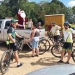Grupo de Ciclistas Bora Pedalar levou o Papai Noel até as crianças carentes (6)