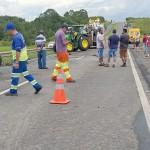 Tratores caem da carreta em que eram transportados_foto rede social whatsApp_2
