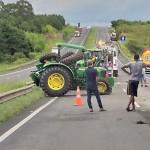 Tratores caem da carreta em que eram transportados_foto rede social whatsApp_3