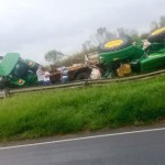 Tratores caem da carreta em que eram transportados_foto rede social whatsApp_6