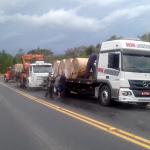 Caminhão carregado com bobinas de papel capota na PR 151 sexta-feira_01-02-2019 (2)