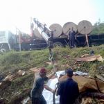Caminhão carregado com bobinas de papel capota na PR 151 sexta-feira_01-02-2019 (4)