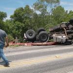 Caminhão carregado com bobinas de papel capota na PR 151 sexta-feira_01-02-2019 (5)