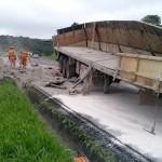 Camihão com carga de cimento tomba na BR 277_10