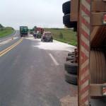 Camihão com carga de cimento tomba na BR 277_6