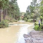 Caminhão tomba na BR 376  e óleo vegetal vaza e atinge o Rio dos Papagaios_foto Meri Andrade_2