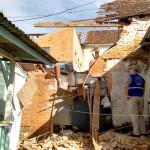 Parte de imóvel desaba sobre casa e mata uma pessoa_2_foto Elder Solimoski