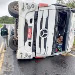 Caminhão tomba na PR 151 em Faxinal dos Quartins_3