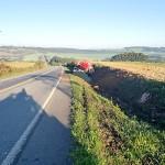 Caminhão sai da pista na PR-151 _ 1_foto divulgação