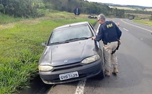 Veículo Palio é recuperado pela PRF na BR-277 em Palmeira_fotoPRF