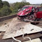 Caminhão derruba carga de chapas de aço-atige camionete e fere motorista_na PR-151 na ponte do Rio Caniú_foto Repórter Sassá em Ação_3